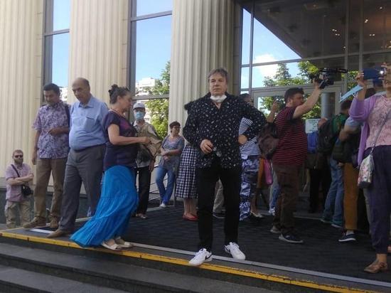 Поддержать Платошкина в суд пришел певец Виктор Салтыков