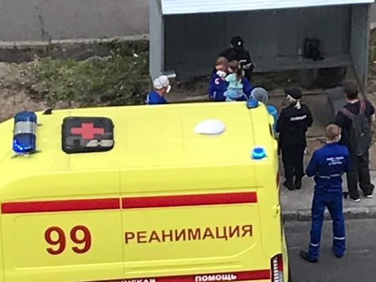 Мать с бутылкой в руках выбросила в окно 4-летнюю дочь
