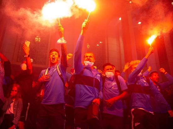"""Фанаты """"Зенита"""" задымили весь город: почему их не ищет полиция"""