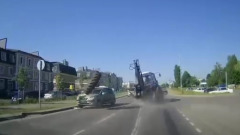 Отскочившее колесо трактора помяло две машины под Белгородом: видео