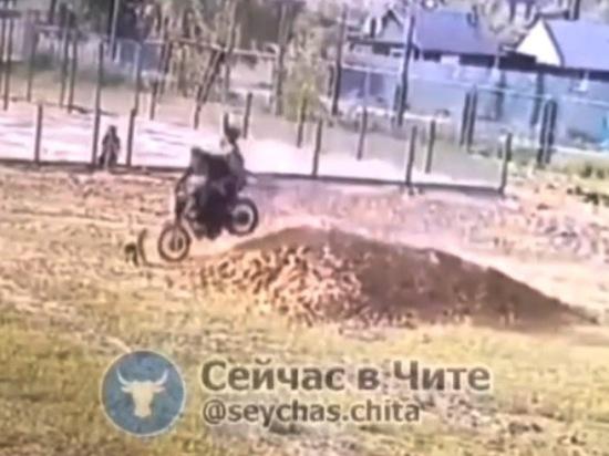 Мотоциклист сбил игравшего во дворе двухлетнего ребенка в Забайкалье