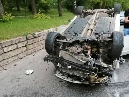 В Ярцево лихач на «Хендай i40» влетел в дерево и перевернулся