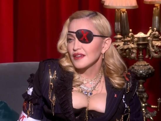 Голая Мадонна с костылем напугала поклонников