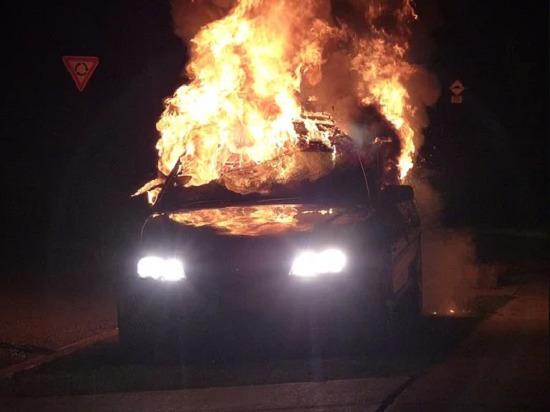 Стоявший на обочине автомобиль загорелся в кузбасском селе
