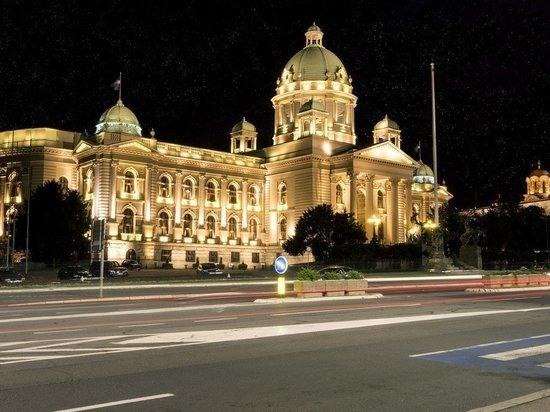 В Сербии противники карантина устроили акции и ворвались в парламент