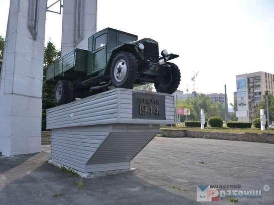 В Миассе возложили цветы к памятнику первому уральскому автомобилю