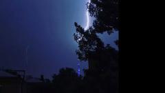 Молния ударила в Останкинскую телебашню: пугающее видео