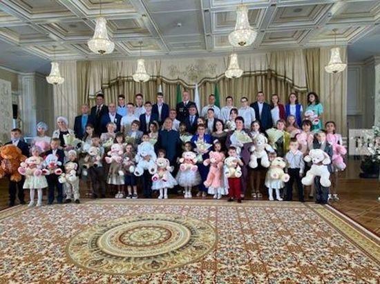 Минниханов поздравил многодетные семьи РТ с Днем семьи
