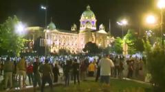 Белград захлестнули протесты из-за комендантского часа: видео