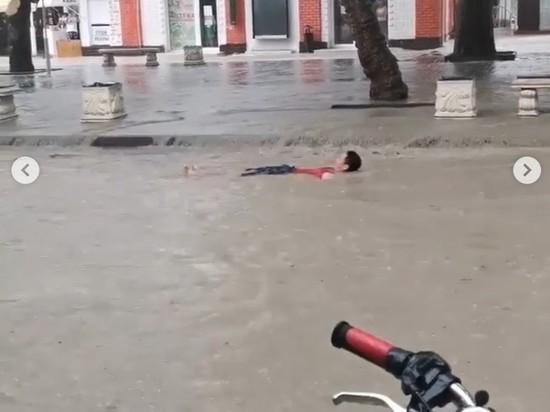 После ливня по улицам Геленджика поплыли люди