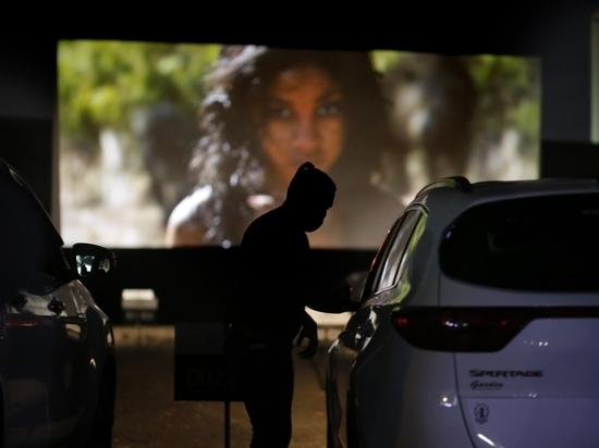 По мнению организаторов, просмотр фильма в заранее продезинфицированной машине гарантирует безопасность