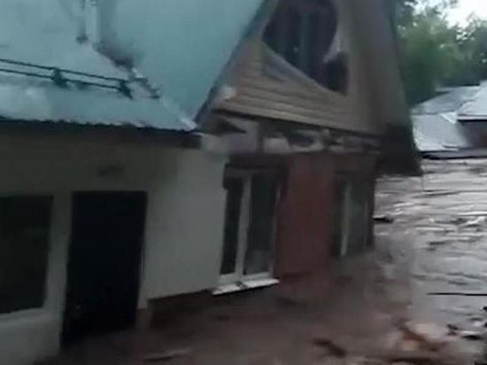В подмосковной Рузе прорвало дамбу и смыло несколько домов