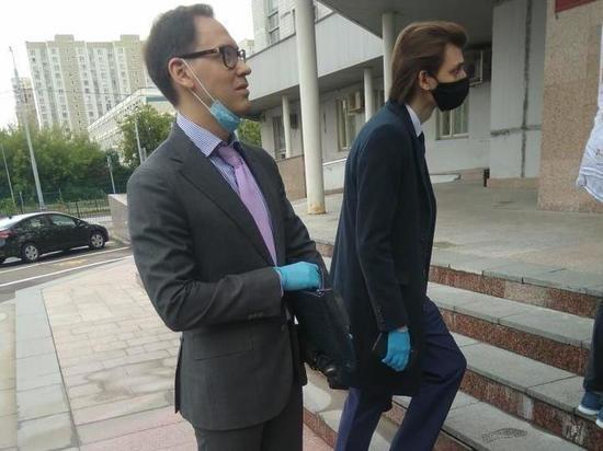 Адвокат певицы Пелагеи сбежал от журналистов
