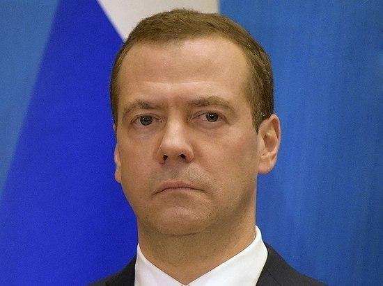 Зампред Совета безопасности РФ Дмитрий Медведев отметил, что между работой вне офиса и гибким графиком существует взаимосвязь, отметив, что удаленная система трудовых отношений приближает переход к гибкому рабочему графику - например, четырехдневной рабочей неделе