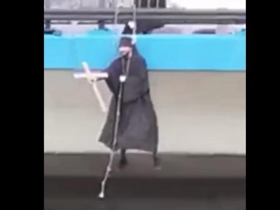 В Москве сняли парящего над мостом человека в костюме священника