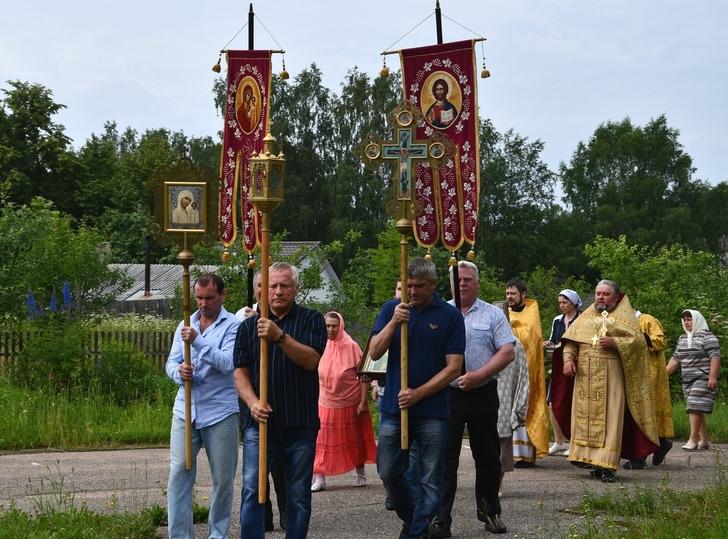 Крестным ходом завершили день памяти патриарха в районе Тверской области