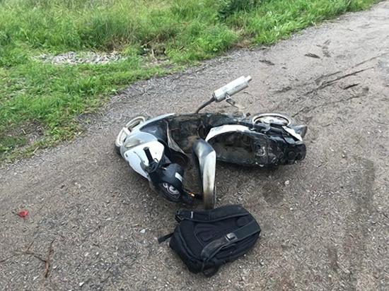 Два человека пострадали при падении скутера в Краснинском районе