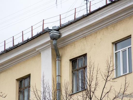 Двухлетняя девочка в Таштаголе выпала из окна третьего этажа