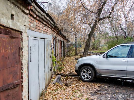 Два гаража в Кемерове вспыхнули из-за неосторожного обращения с огнём