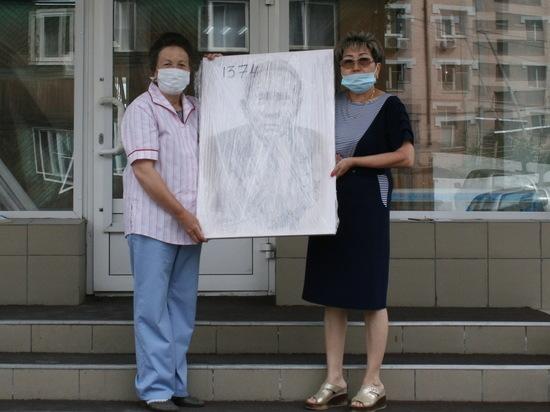 В Бурятии исполнили мечту ветерана, изготовив его портрет для фасада школы