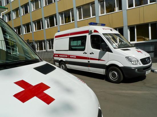 Женщина рухнула с высоты третьего этажа, ее отвезли в больницу с травмой головы