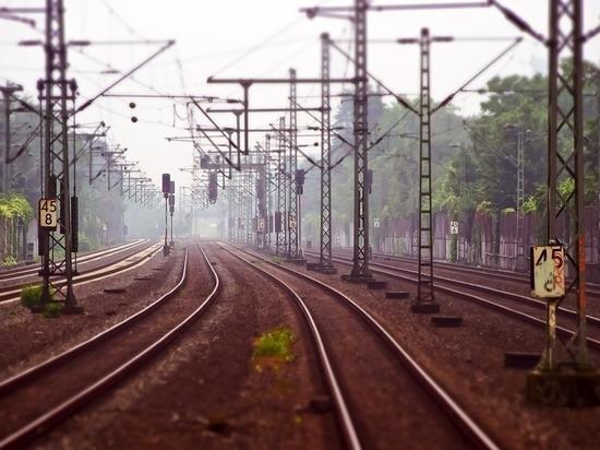 Молодой кузбассовец попал под поезд, гуляя в наушниках