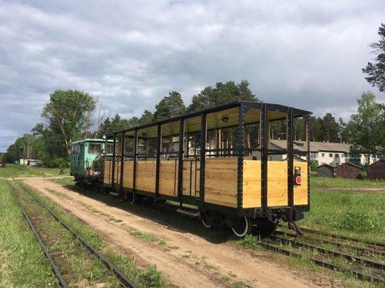 По Каринской узкоколейке пустили открытый вагон для туристов
