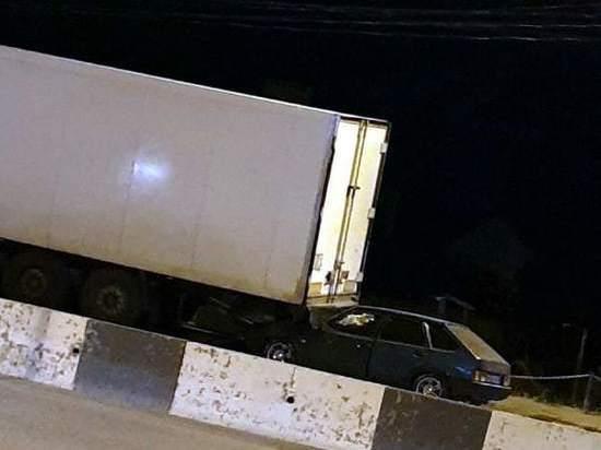 На Дону в аварии с легковушкой и грузовиком пострадали два человека