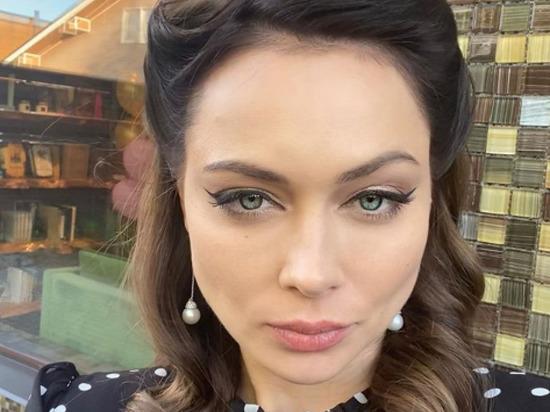 Российская актриса Настасья Самбурская выложила в Instagram два фото и предложила подписчикам выбрать одно из них