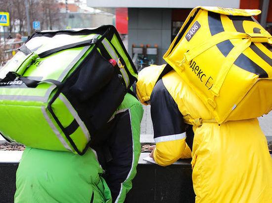 Два безработных петербуржца отобрали у курьера сумку с едой