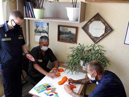 В колонии под Воронежем осужденных учат лепить из пластилина
