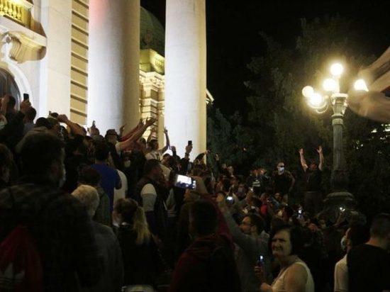 Демонстранты забросали петардами здание парламента в Белграде
