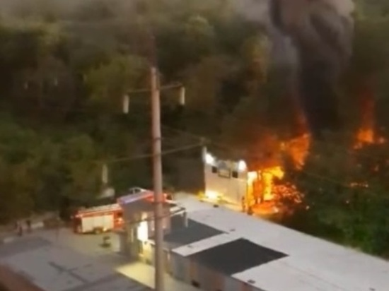 В Ростове-на-Дону возле салона сотовой связи сгорела куча мусора