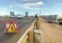 В Астрахани на Новом мосту обрушился огромный кусок асфальта