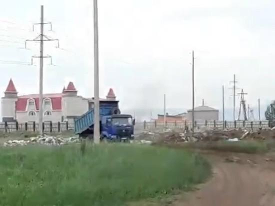 Мусор незаконно выкинули из грузовика в читинском поселке