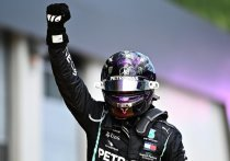 В Австрии на автодроме в Шпильберге завершился Гран-при Штирии – второй этап чемпионата мира по автогонкам в классе «Формула-1». Как и неделю назад победителем стал гонщик «Мерседеса», только теперь на первой строчке итогового протокола оказался Льюис Хэмилтон. Россиянин Даниил Квят финишировал на 10-м месте и заработал свои первые очки в этом сезоне. «МК-Спорт» рассказывает подробности.