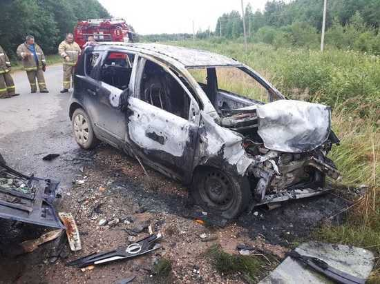 «Ниссан» загорелся после лобового столкновения с «ВАЗом» в Тверской области