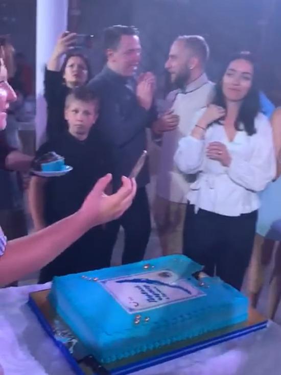 Первых чартерных туристов в Бурятии напоследок накормили тортом из черемухи