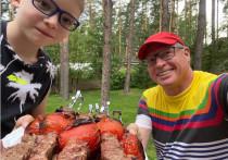 Губернатор Омской области Александр Бурков в отпуске жарит шашлык
