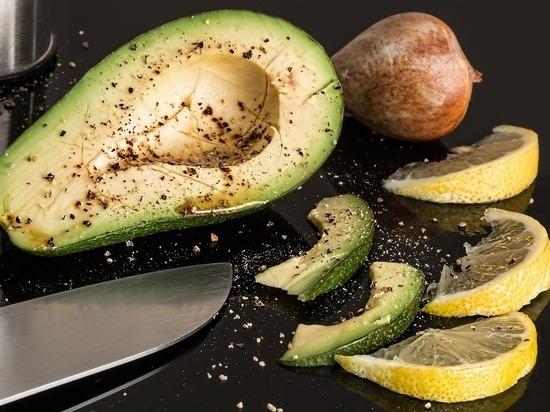 Авокадо является продуктом, одним из лучших уничтожителей вредного холестерина в организме, заявила «Говорит Москва» редактор и переводчик кулинарных книг Ольга Ивенская
