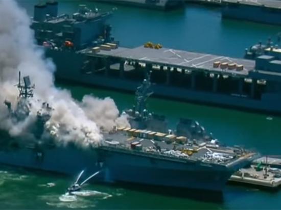 Эксперт рассказал об опасной обстановке на охваченном пожаром американском корабле