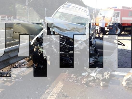 """В Смоленске """"Ауди"""" врезалась в дорожное ограждение, автомобиль серьезно поврежден"""