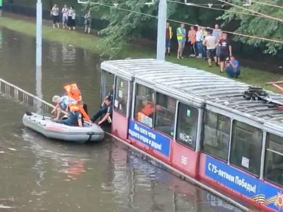 В Краснодаре эвакуировали на лодках пассажиров утонувшего после дождя трамвая