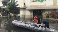 В Краснодаре после сильного ливня эвакуируют пассажиров трамвая
