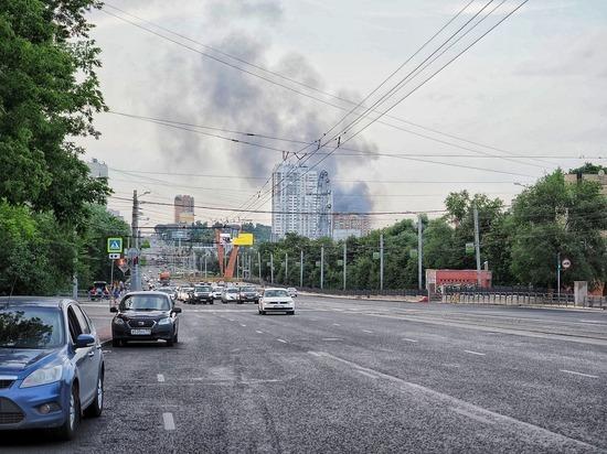 Челябинск заволокло дымом из-за крупного пожара в лесопильном цехе