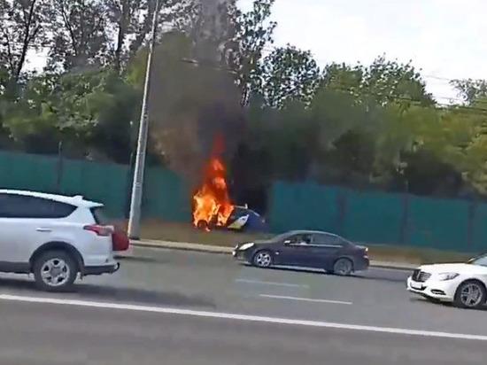 За рулем был молодой парень: в Челябинске такси врезалось в забор и полностью сгорело
