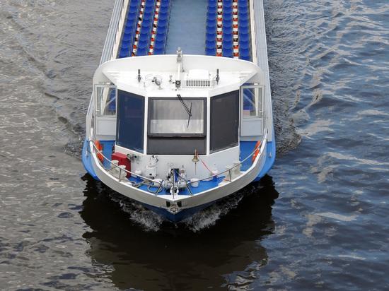 Mash: В Петербурге речной трамвай уплыл от капитана, протаранив корабли