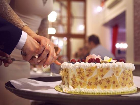 В Татарстане разрешили свадьбы в ЗАГСах и банкеты на улицах