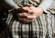 Вредная пенсионерка избила парочку за любовные утехи под окном
