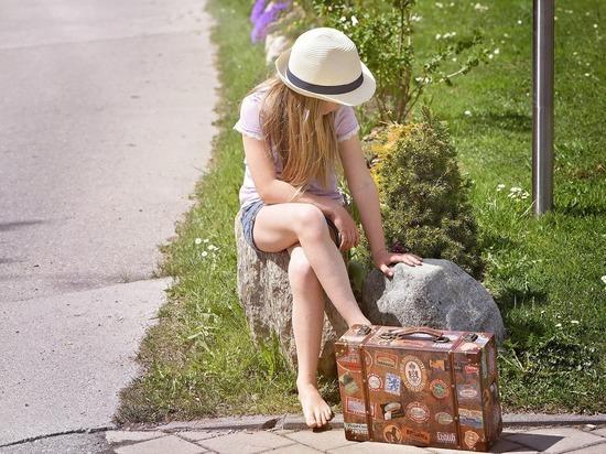 Родители ищут большие чемоданы, чтобы вместить  обязательный набор отдыхающего
